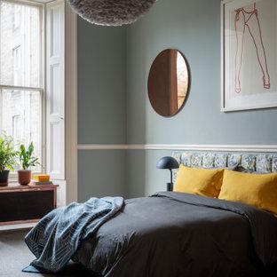 Modelo de dormitorio principal, contemporáneo, de tamaño medio, con paredes azules, moqueta y suelo verde