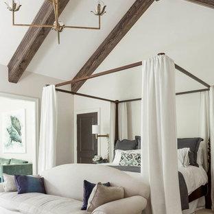 Bild på ett vintage sovrum, med vita väggar, heltäckningsmatta och vitt golv