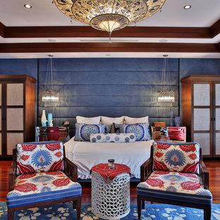 Modelo de dormitorio principal, ecléctico, de tamaño medio, sin chimenea, con paredes beige, suelo de madera en tonos medios y suelo rojo