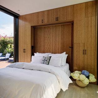 Свежая идея для дизайна: маленькая гостевая спальня в современном стиле с светлым паркетным полом и белыми стенами - отличное фото интерьера
