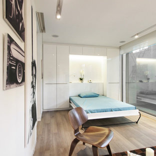 Immagine di una piccola camera matrimoniale design con pareti bianche, pavimento in vinile e pavimento beige