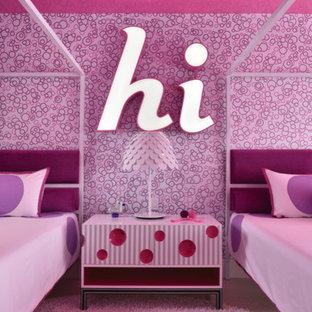 Imagen de habitación de invitados minimalista, de tamaño medio, sin chimenea, con paredes rosas, moqueta y suelo rosa