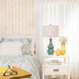 Modelo de habitación de invitados ecléctica, de tamaño medio, sin chimenea, con paredes amarillas y suelo de madera oscura