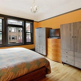 Esempio di una camera matrimoniale american style di medie dimensioni con pareti arancioni, parquet chiaro e nessun camino