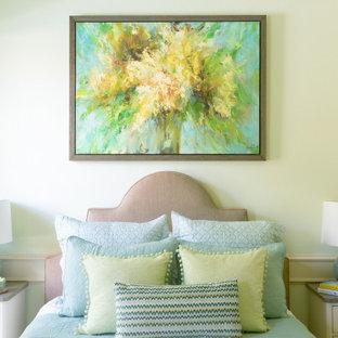 Foto de habitación de invitados clásica, pequeña, con paredes verdes, moqueta y suelo beige