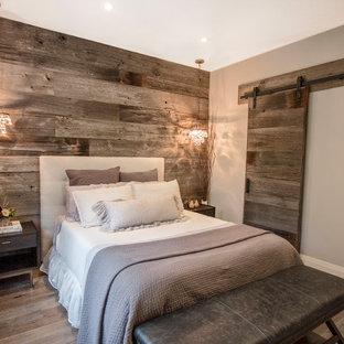 Ejemplo de dormitorio campestre con paredes grises, suelo de madera en tonos medios y suelo gris