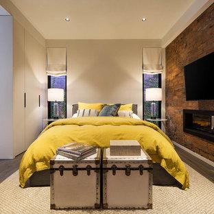 メルボルンのコンテンポラリースタイルのおしゃれな寝室 (白い壁、無垢フローリング、横長型暖炉、レンガの暖炉まわり、茶色い床) のレイアウト