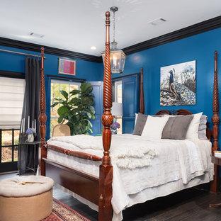 Foto de dormitorio principal, contemporáneo, grande, sin chimenea, con paredes azules, suelo vinílico y suelo marrón