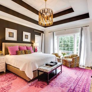 Aménagement d'une grande chambre parentale classique avec un mur blanc, un sol en bois brun, un sol marron et aucune cheminée.