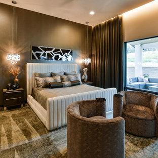 Пример оригинального дизайна: огромная хозяйская спальня в современном стиле с коричневыми стенами, ковровым покрытием, горизонтальным камином, фасадом камина из бетона и коричневым полом