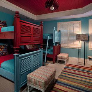 Großes Gästezimmer mit blauer Wandfarbe, Porzellan-Bodenfliesen und beigem Boden in Miami