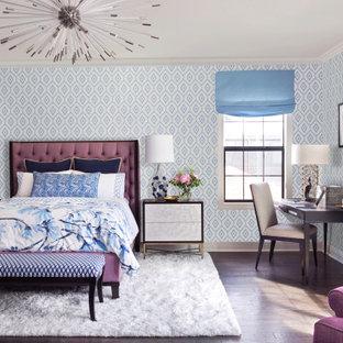 巨大なトランジショナルスタイルのおしゃれな客用寝室 (青い壁、茶色い床、壁紙、濃色無垢フローリング) のレイアウト