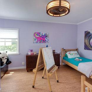 Idée de décoration pour une grand chambre design avec un mur violet, un sol en liège, aucune cheminée et un sol beige.