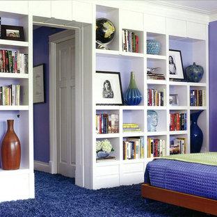 Пример оригинального дизайна: спальня в стиле фьюжн с фиолетовыми стенами и синим полом