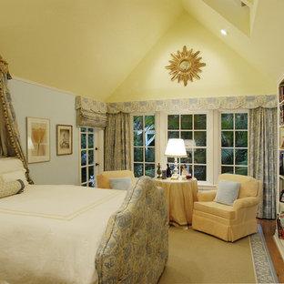 Diseño de dormitorio ecléctico con paredes azules