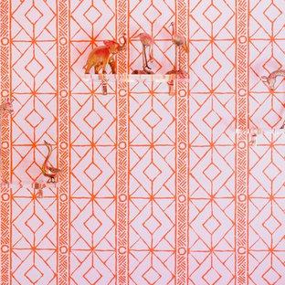 Esempio di una camera da letto chic di medie dimensioni con pareti arancioni, moquette e pavimento rosa