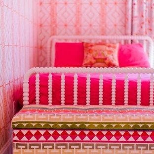 Imagen de dormitorio tradicional renovado, de tamaño medio, con paredes rosas, moqueta y suelo naranja