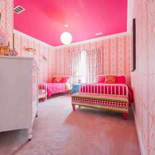 Diseño de dormitorio clásico renovado, de tamaño medio, con parades naranjas, moqueta y suelo rosa
