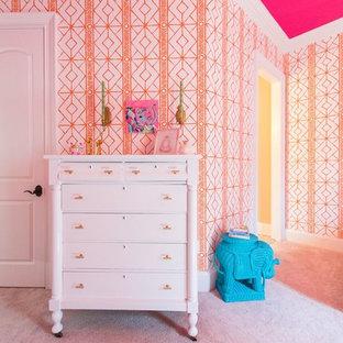 Immagine di una camera da letto tradizionale di medie dimensioni con pareti arancioni, moquette e pavimento rosa