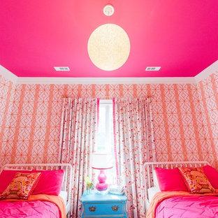 На фото: спальня среднего размера в стиле современная классика с розовыми стенами, ковровым покрытием и оранжевым полом с