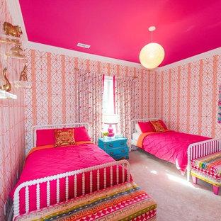 Mittelgroßes Klassisches Schlafzimmer mit oranger Wandfarbe, Teppichboden und rosa Boden in Sonstige
