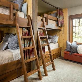 デンバーの中くらいのラスティックスタイルのおしゃれな客用寝室 (ベージュの壁、カーペット敷き、暖炉なし、ベージュの床、赤いカーテン) のレイアウト