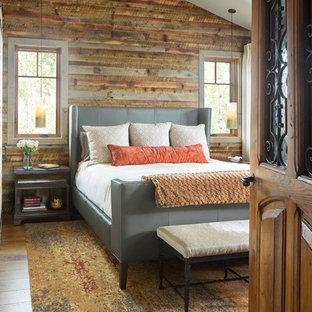 デンバーの中くらいのラスティックスタイルのおしゃれな主寝室 (無垢フローリング、茶色い床、茶色い壁、表し梁、パネル壁、ベージュの天井) のインテリア