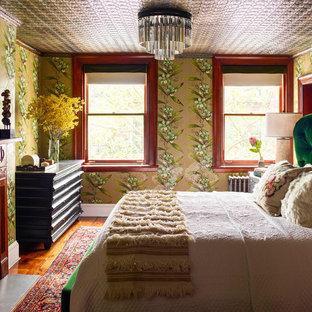 ニューヨークの中サイズのヴィクトリアン調のおしゃれな主寝室 (無垢フローリング、標準型暖炉、木材の暖炉まわり、茶色い床)