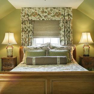 На фото: спальня в классическом стиле с зелеными стенами с