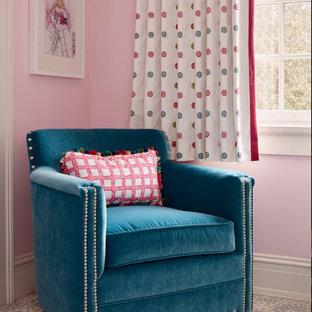 Foto de habitación de invitados tradicional renovada, de tamaño medio, con paredes rosas y moqueta