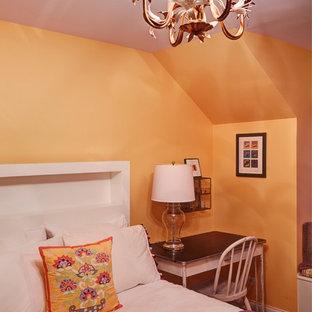 Cette photo montre une petit chambre éclectique avec un mur orange et aucune cheminée.
