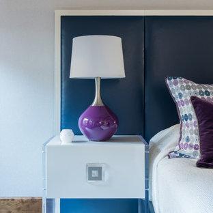 Свежая идея для дизайна: большая хозяйская спальня в стиле современная классика с фиолетовыми стенами и паркетным полом среднего тона без камина - отличное фото интерьера