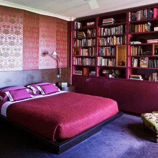 Eklektisk inredning av ett sovrum, med rosa väggar, heltäckningsmatta och lila golv