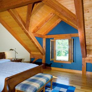 Foto de habitación de invitados de estilo de casa de campo con paredes azules y suelo de madera en tonos medios