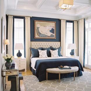 他の地域のトランジショナルスタイルのおしゃれな寝室 (青い壁、無垢フローリング) のインテリア