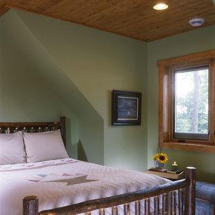 Modelo de dormitorio principal, rústico, de tamaño medio, sin chimenea, con paredes marrones