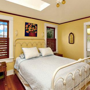 シアトルの中くらいのヴィクトリアン調のおしゃれな主寝室 (黄色い壁、無垢フローリング)