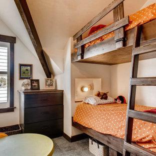 Ejemplo de dormitorio rural, pequeño, con moqueta y suelo azul
