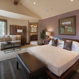 Imagen de dormitorio actual con paredes púrpuras