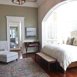 Modelo de dormitorio clásico con paredes grises y suelo de madera en tonos medios
