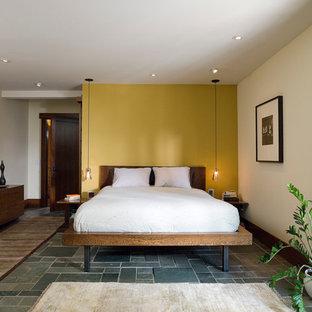 Modelo de dormitorio principal, actual, de tamaño medio, sin chimenea, con paredes multicolor y suelo de travertino