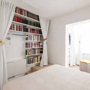 Bild på ett litet funkis huvudsovrum, med vita väggar och plywoodgolv