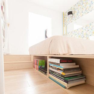 Inspiration för ett litet funkis huvudsovrum, med vita väggar och plywoodgolv