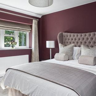 Esempio di una camera degli ospiti tradizionale di medie dimensioni con pareti viola, moquette e pavimento grigio
