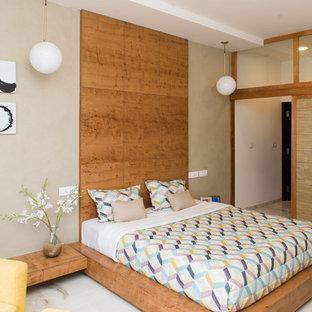 Idées déco pour une chambre parentale asiatique avec un mur beige, un sol en marbre et un sol blanc.