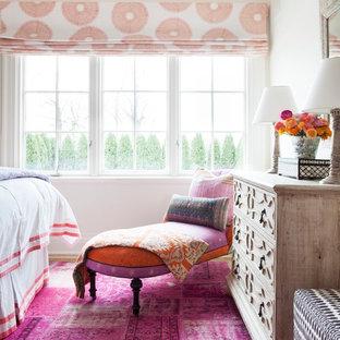 Modelo de dormitorio principal, bohemio, de tamaño medio, con paredes blancas, suelo rosa y moqueta