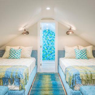 Modelo de habitación de invitados costera, grande, sin chimenea, con paredes blancas, suelo de madera clara y suelo beige