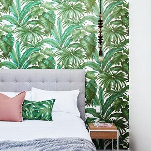 Inspiration för ett tropiskt sovrum, med vita väggar, mörkt trägolv och brunt golv