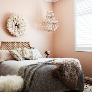 Inspiration för moderna sovrum, med rosa väggar, mellanmörkt trägolv och brunt golv
