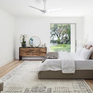 Bild på ett mellanstort funkis sovrum, med vita väggar, mellanmörkt trägolv, en bred öppen spis och brunt golv